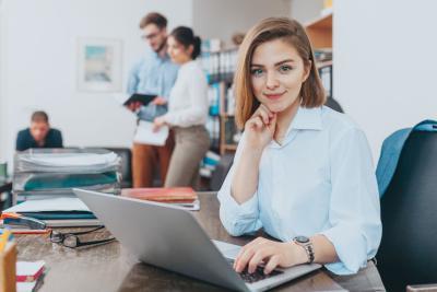 Junge Angestellte mit betrieblicher Altersvorsorge