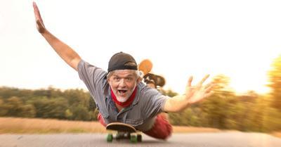 Cosmos Direkt Versicherter auf dem Skateboard