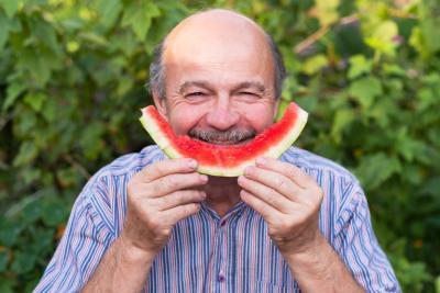 Cosmos Direkt Lebensversicherung Versicherter mit Melone
