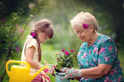 Oma und Enkelin nach Auszahlung der fondsgebundenen Lebensversicherung