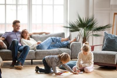 Familie in ihrer Immobilie, die als Altersvorsorge dienen soll