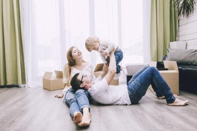 Familie mit Lebensversicherung überlegt zu kündigen